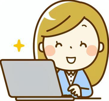 一个微笑着操作电脑的女人