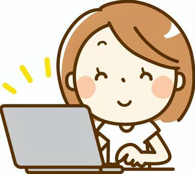 一位操作笔记本电脑的女士