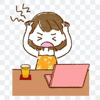 坐在computer_5前面的女孩