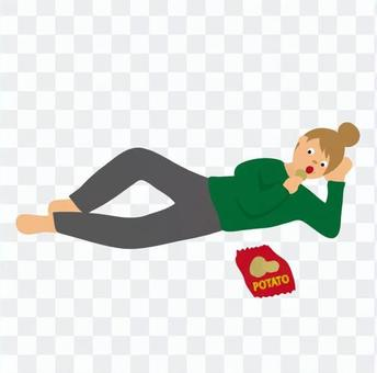 女人在睡覺時吃零食