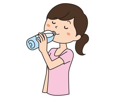 一個女人喝水