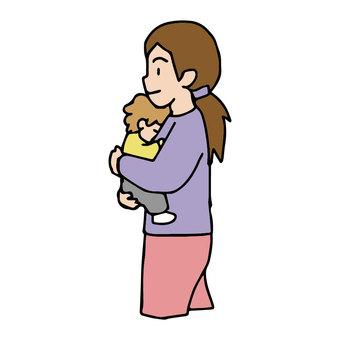 媽媽帶著嬰兒散步,抱著一個熟睡的孩子