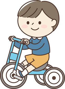 騎三輪車的男孩