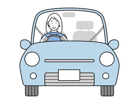 駕駛汽車的年輕女人