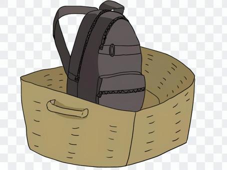 行李籃裡的帆布背包