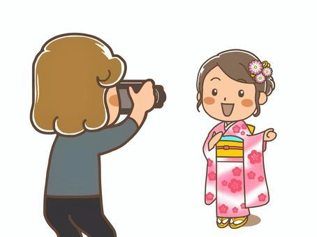 和服的女人正在拍紀念照