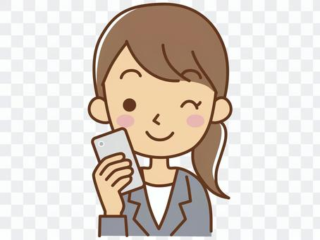 一個與智能手機眨眼的女人