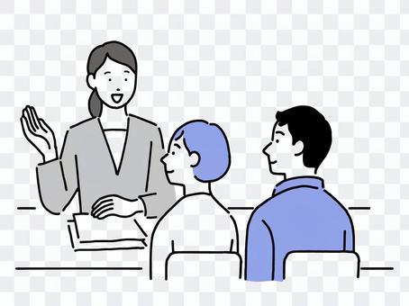 一個穿西裝的女人和一對年輕夫婦隔著桌子互相諮詢