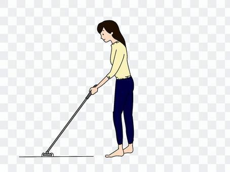 一個女人用地板刮水器清潔地板