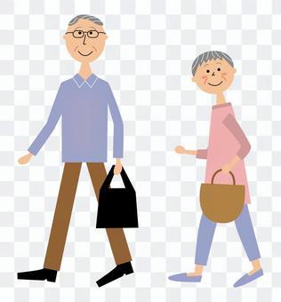 マイバッグを持って歩く高齢者男女