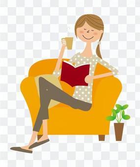 在沙發上看書的女人