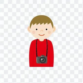 男孩誰在脖子上掛著相機