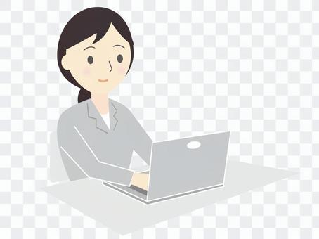 シンプルなスーツ姿の笑顔の女性とパソコン