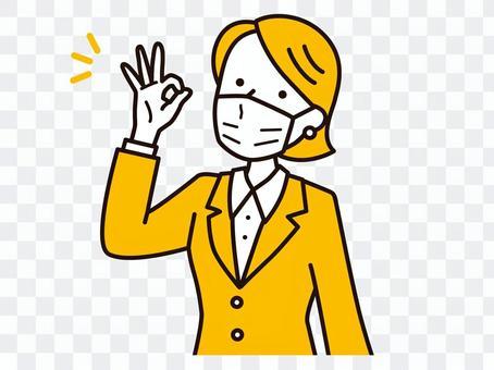一個戴著面具並給出 OK 手勢的女人