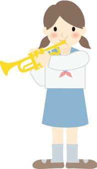 女孩吹小號