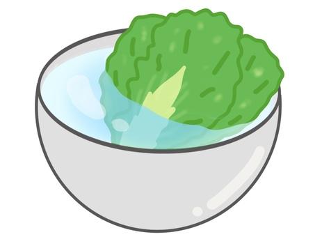暴露在水中的生菜碗插圖
