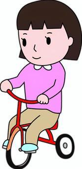 騎三輪車的女孩