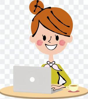 奶油個人電腦操作上的女人