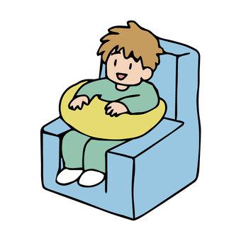 坐在室內坐姿保持裝置中的身體殘疾兒童