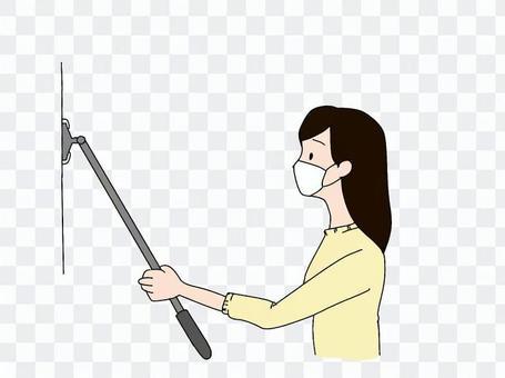 女人用地板刮水器清潔牆