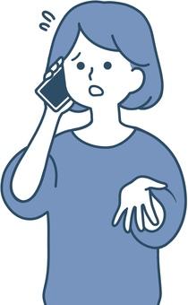 一個女人一臉尷尬地打電話