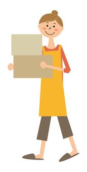 提著紙箱的女人