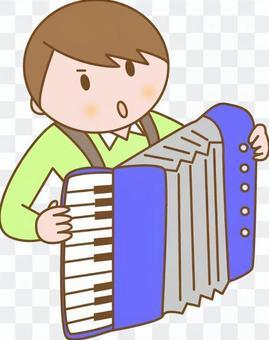 男孩玩手風琴