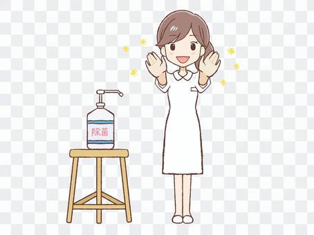 穿白大褂的女人用消毒劑消毒