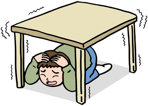 躲在桌子底下