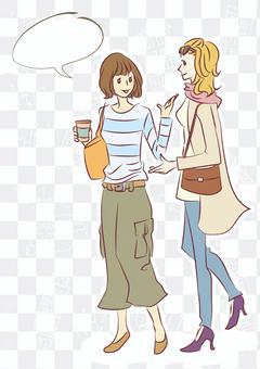日本婦女和外國婦女並排行走(垂直)