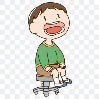 接受牙齒檢查的男孩