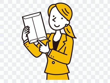 女人指著一個信封