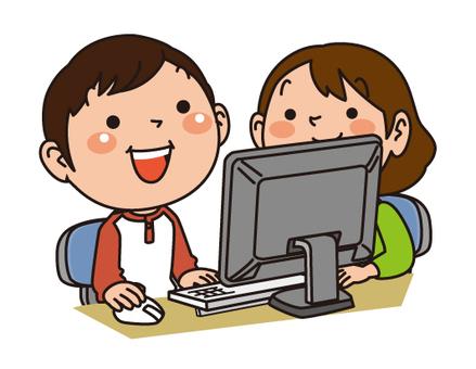 兩個孩子看著電腦