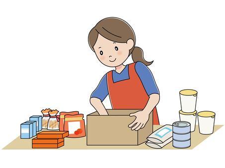 一個女人在盒子裡裝食物