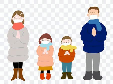 マスクをして初詣する家族