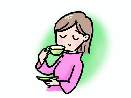 一個女人放鬆和涼茶