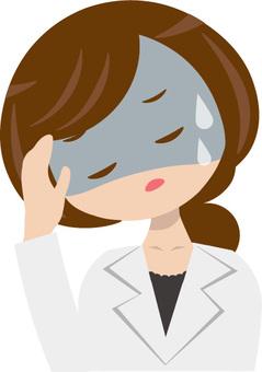 一個穿白衣服的女人生病了