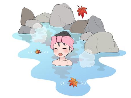 一個微笑的女人在秋天的露天浴池裡洗澡