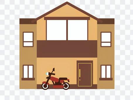 茶色の一軒家とバイク