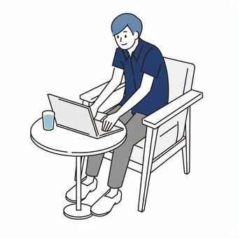 一名男子經營一台筆記本電腦