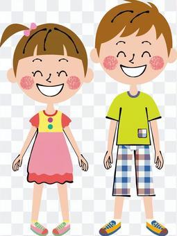 微笑兒童男性和女性站立的前面