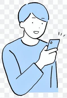 一個穿著便衣的男人微笑著看著他的智能手機