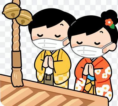 マスクをして参拝する子供たち