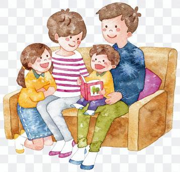 一個家庭在沙發上放鬆
