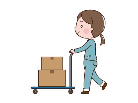 工人(女)在手推車上搬運行李