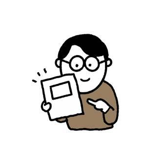 一個微笑的人指著材料的信封