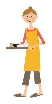 一個女人微笑著端著食物