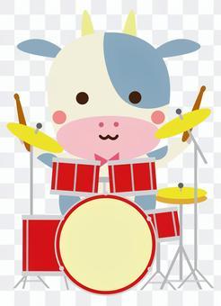 ドラムセットを演奏する牛さん