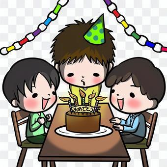 吹一個生日蠟燭的男孩