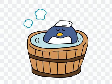 桶の湯に入るペンギン